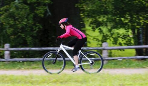 mulher-pedala-parque