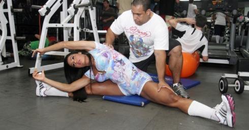 no-treinamento-gracyanne-e-assessorada-pelo-personal-trainner-xande-negao-que-esta-com-2a-modelo-ha-cinco-anos-1327441554283_956x500